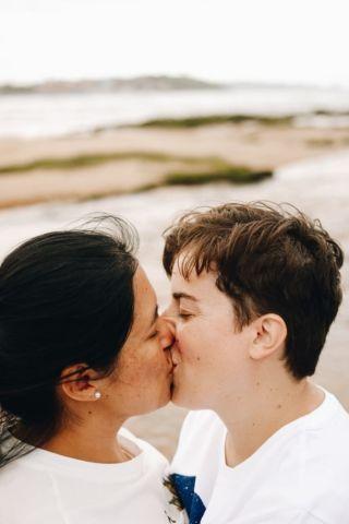 fotografía lifestyle, novias besándose en playa