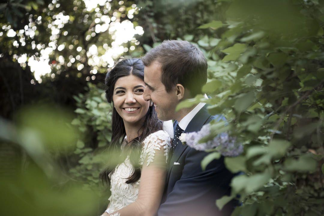 boda en Madrid recién casados en bosque para sesión de fotos